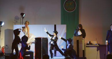 Скандалната Мерилин Монро влезе в залата на Общински съвет Стара Загора