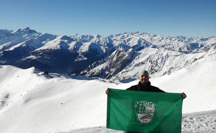 Георги Митев с беройското знаме на 3400 м в Алпите